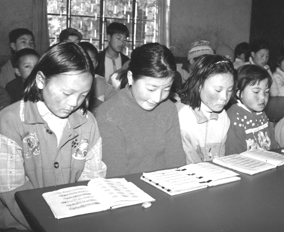 04-2006 B&W THF children studying